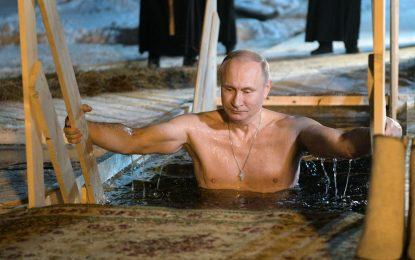 Putin y los rusos se sumergen en aguas glaciales en la Epifanía ortodoxa