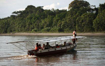 La canoa indígena potenciada con energía solar que viaja por el Amazonas
