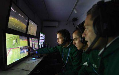 FIFA selecciona 13 árbitros VAR y explicará en pantallas gigantes sus decisiones