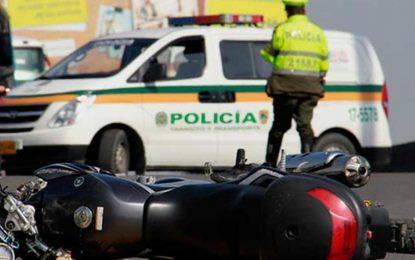 Dos personas fallecieron en accidente entre un tractocamión y una motocicleta en la autopista Norte