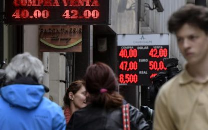 Argentina lleva tasas al máximo mundial para contener caída del peso